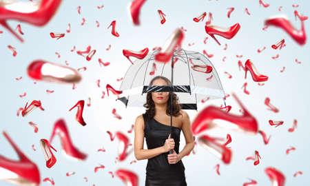 sotto la pioggia: Bella giovane donna con l'ombrello sotto la pioggia di scarpe