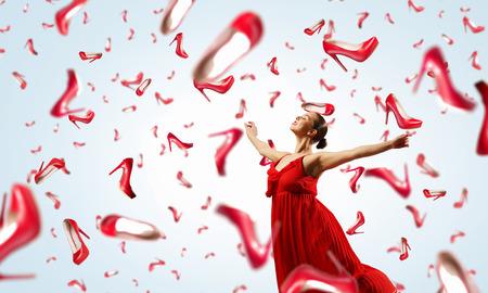 Schöne junge Frau im Kleid unter der regen fallen Schuhe