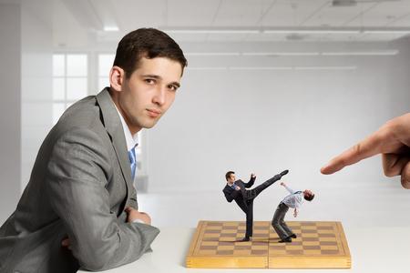 Zakenman zitten aan tafel en schaakbord met vechten mensen