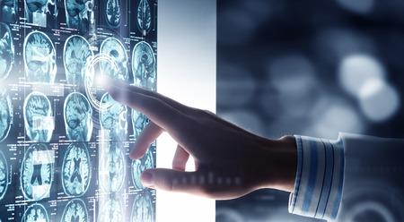 Hand van arts aanraken pictogram op virtuele media scherm Stockfoto - 56524585