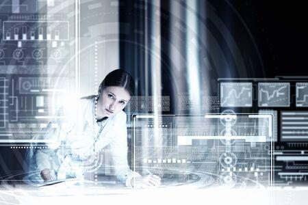 Médecine médecin travaillant avec interface informatique moderne