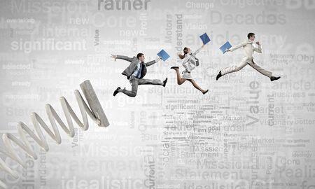 Zakelijke mensen springen op de springplank als begrip vooruitgang