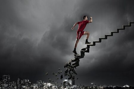 Sport aktiv Mann läuft auf Stein zenden Leiter Standard-Bild
