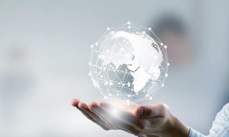 Mãos da pessoa que apresenta negócios nas palmas ideia conexão global Imagens