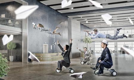 De bedrijfs mensen groeperen op modern kantoor plezier