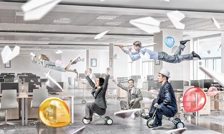 gente loca: Hombres de negocios agrupan en la oficina moderna que se divierte Foto de archivo