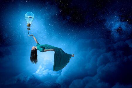 gente durmiendo: mujer elegante vestido largo verde flotando en el cielo nocturno