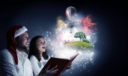 familias unidas: Joven padre y la hija leyeron el libro y la luz que sale de las páginas