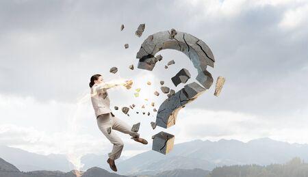 interrogativa: negocios emocional con la destrucci�n de brazo de piedra signo de interrogaci�n