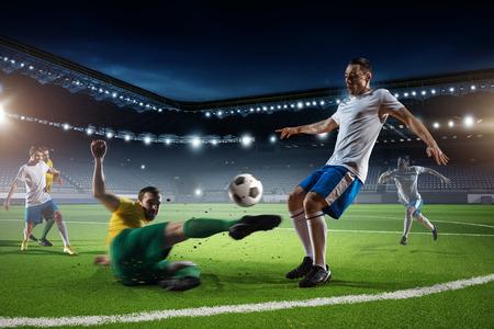 Spelers vechten om controle over de bal tijdens het voetbalwedstrijd Stockfoto