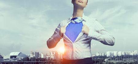 Businesswoman otwarcie jej koszulę na piersi jak superbohater