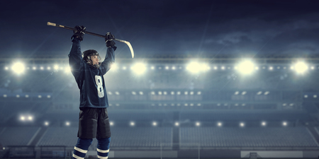 スポット ライトでアイスリンクにブルーの制服でホッケー選手 写真素材 - 59982668