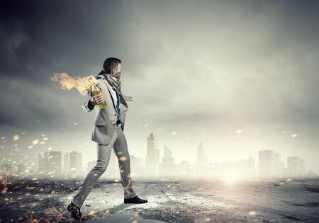 encendedores: agresivo hombre de negocios lanza del juego en la quema de cóctel molotov Foto de archivo