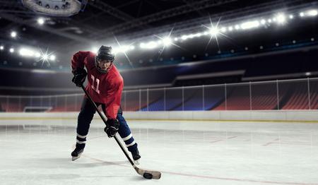 Vrouw ijshockeyspeler tijdens een spel Stockfoto