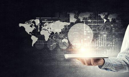 グローバル接続デバイスの概念としてタブレットを提示する実業家の手