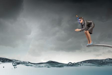 springboard: De negocios en traje y la máscara de saltar desde el trampolín