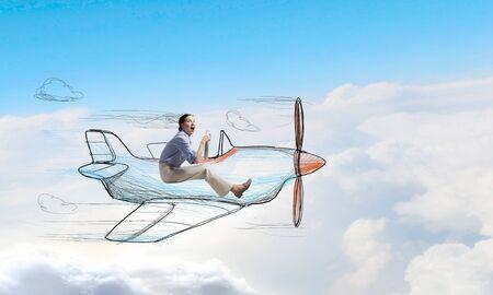 Funny Bild der Frau in gezogenem Flugzeug fliegen Standard-Bild