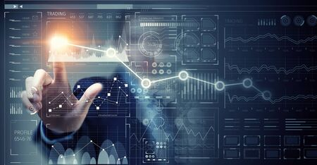 Gros plan d'affaires touche le panneau virtuel avec le doigt