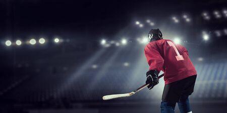 Donna giocatore di hockey su ghiaccio durante una partita