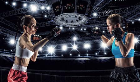 Zwei junge h?bsche Frauen in Boxen Ring