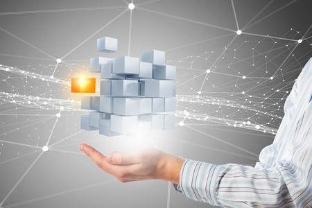 De tablet van de zakenmanholding en 3D teruggevende kubus als symbool van probleem het oplossen