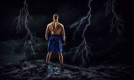 boxeador fuerte sobre fondo oscuro poder demostrar y resistencia