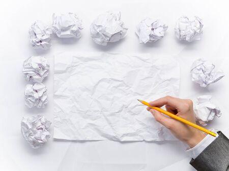 Hand van zaken vrouw schrijven op blanco verfrommeld vel papier