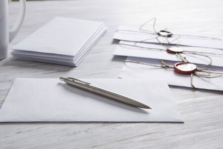 concepto antiguo puesto con el sobre con sello de cera y hojas de papel en blanco en superficie de madera