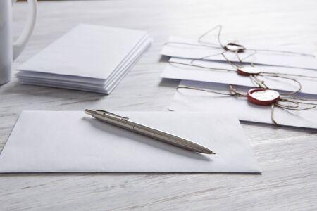 Ancien poste notion avec enveloppe avec cachet de cire et des feuilles de papier blanc sur la surface en bois