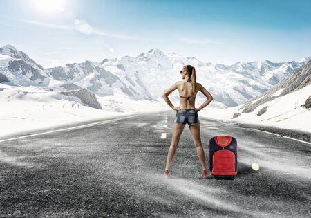 chica joven y atractiva en bikini y pantalones cortos en carreteras Foto de archivo