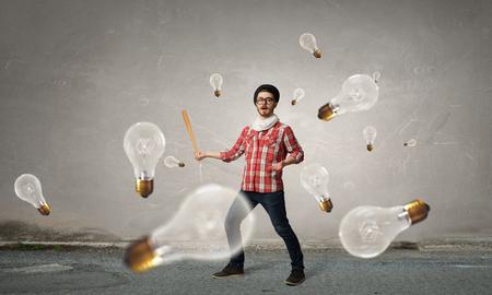 Hipster man met een honkbalknuppel en gloeilampen rond