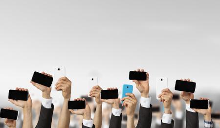 Groupe de personnes avec les mains montrant les téléphones mobiles Banque d'images - 61678409
