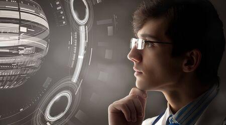 Jeune médecin de sexe masculin et les nouvelles technologies des médias