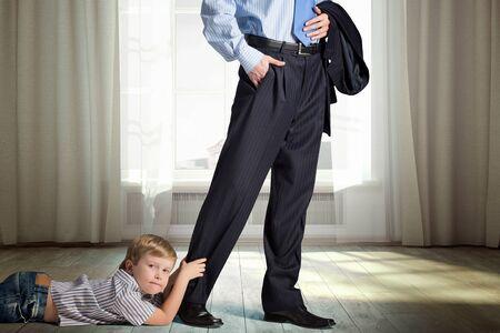 Jongetje niet te laten zijn vader om weg te gaan. Gemengde media