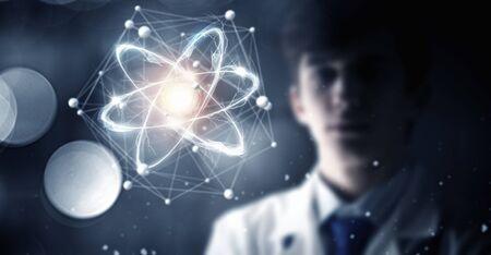 Jonge mannelijke arts en moderne verbindingstechnieken