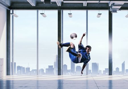 jugadores de futbol: Interior de la oficina y los jugadores de fútbol que luchan por la pelota. Medios compuestos Foto de archivo