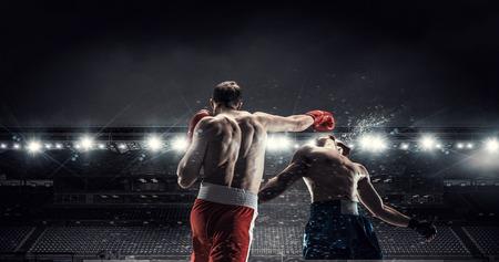 Dos boxeadores profesionales están luchando en la arena de la vista panorámica