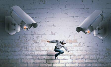 bailarin hombre: hombre joven bailarín bajo el ojo de circuito cerrado de televisión Foto de archivo
