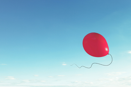 Kleurenballon die hoog in blauwe hemel vliegen