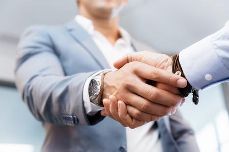 お互いの挨拶のビジネスマンの握手