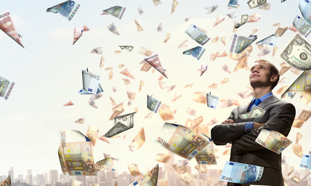 sotto la pioggia: Uomo d'affari sotto la pioggia di banconote momey volare in aria Archivio Fotografico
