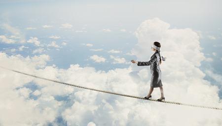 ロープ上の分散の目に blindfolder と実業家