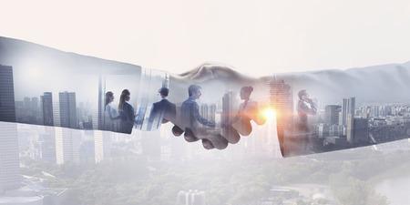 Close-up van het bedrijfsleven handdruk tegen de achtergrond van de stad Stockfoto