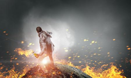 encendedores: Joven hombre de negocios agresivo tiro quema cóctel molotov