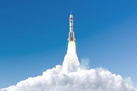 Spaceship décoller et voler haut dans le ciel bleu