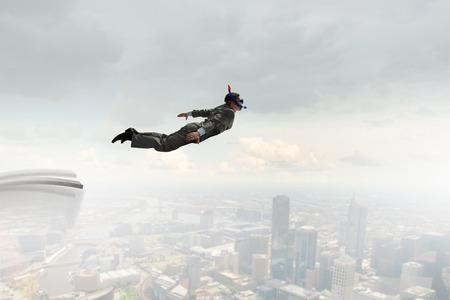 springboard: Hombre de negocios en traje y máscara de buceo de salto de trampolín