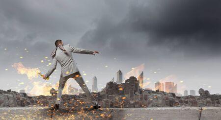 encendedores: De negocios que lanza una bomba de gasolina. Técnica mixta Foto de archivo