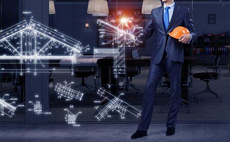 ingenieria industrial: Cierre del proyecto de construcción de dibujos animados hombre de negocios en la pantalla. Medios mixtos
