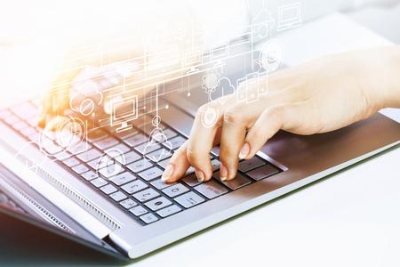 ソーシャル コネクションの概念を提示のラップトップに取り組んで実業家の手。3 D レンダリング