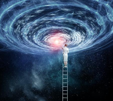 Jonge onderneemster op ladder die hand aan ruimteportal bereikt